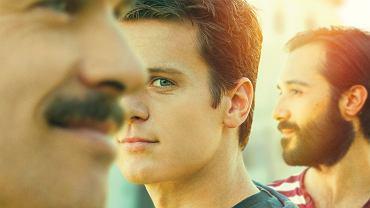 """Dom (Murray Bartlett), Patrick (Jonathan Groff), Agustin (Frankie J. Alvarez) w serialu """"Spojrzenia"""""""