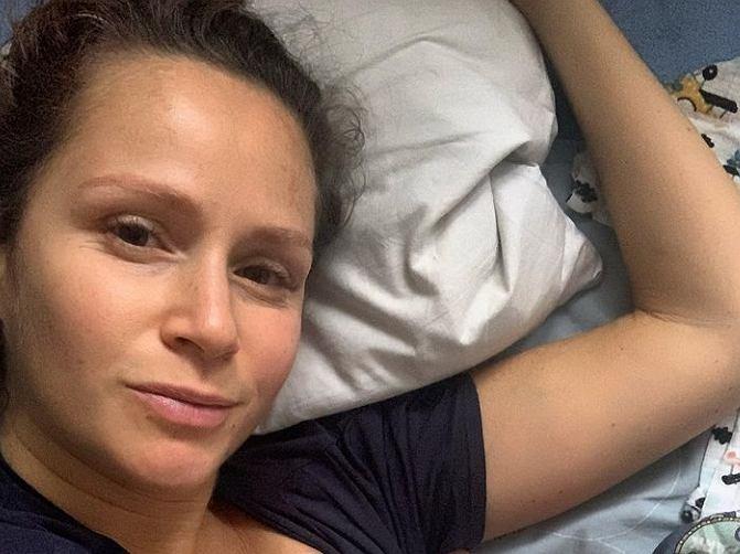 Monika Mrozowska pozuje w bieliźnie. Jest kilka kilogramów 'na plusie'