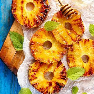 Ananasw likierze pomarańczowym z rusztu