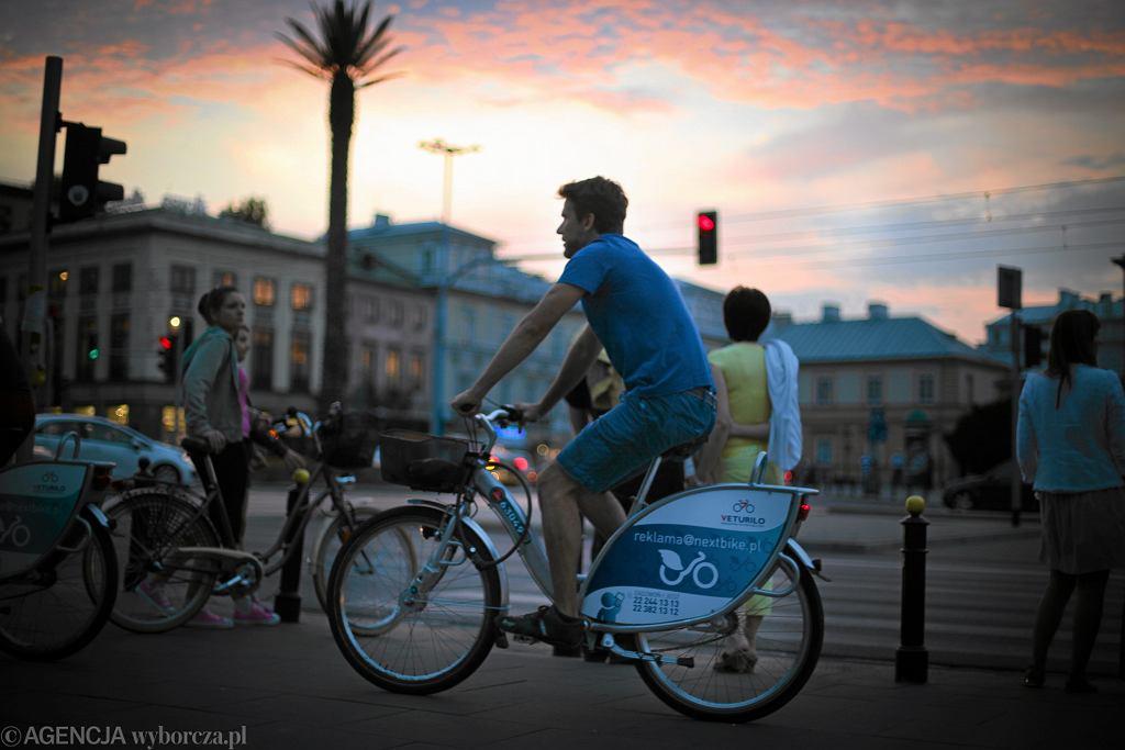 Cyklista na wypożyczonym, rowerze miejskim