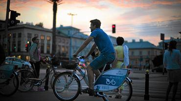 Cyklista na wypożyczonym, rowerze miejskim. Warszawa, rondo Charles'a de Gaulle'a