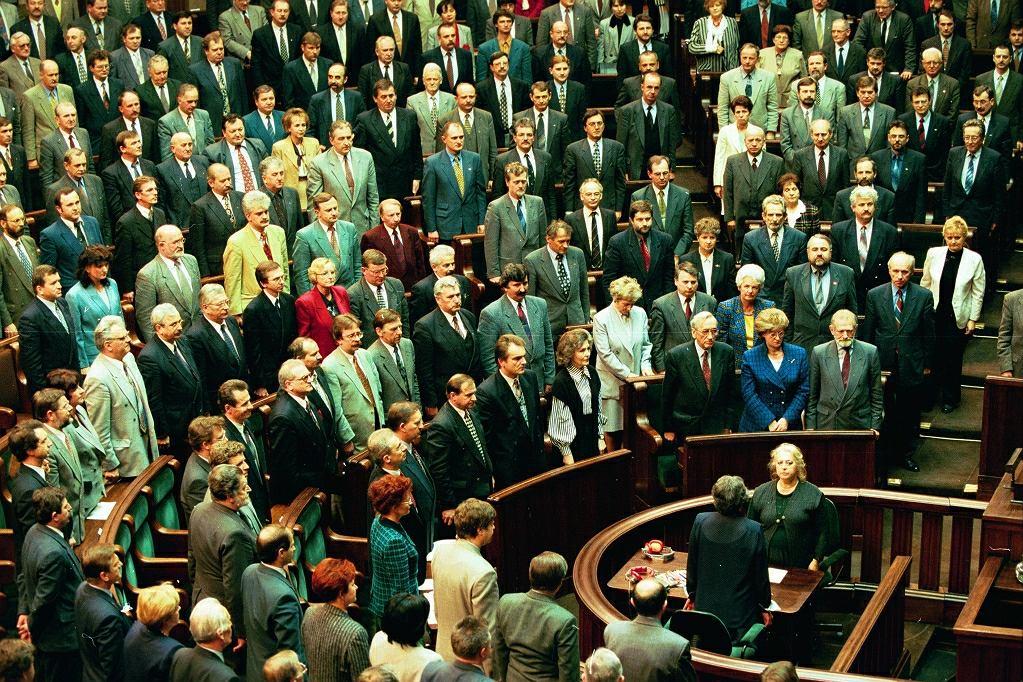 2 kwietnia 1997 r. Zgromadzenie Narodowe śpiewa hymn państwowy tuż po przyjęciu nowej konstytucji. Nową ustawę zasadniczą poparło 451 posłów i senatorów, przeciw głosowało 40, a sześciu się wstrzymało. W referendum 25 maja 1997 r. konstytucję poparło 53,45 proc. głosujących, a 46,5 proc. było przeciw. Frekwencja wyniosła 42,86 proc., ale zgodnie z przepisami referendum było wiążące, nawet jeśli głosowała mniej niż połowa uprawnionych. / Fot. Sławomir Kamiński/ Agencja Gazeta