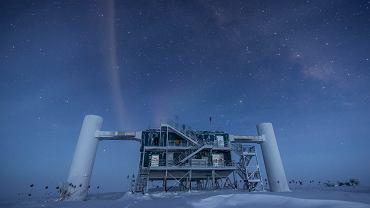 Naziemna część Obserwatorium IceCube. Główny detektor neutrin zatopiony jest pod lodem na głębokości 1,5-2,5 km.