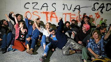 Demonstracja przed Sejmem podczas przepychania przez PiS zmian w ustawie o Sądzie Najwyższym. Hasło na ścianie: 'Czas na sąd ostateczny ', Warszawa, 19 lipca 2018
