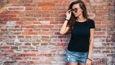 Kobieta w czarnej koszulce
