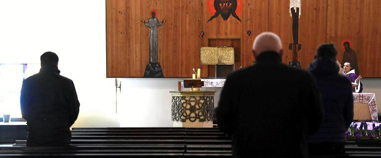 """Rząd apeluje do seniorów: """"Zostańcie w domu"""". Wyjątek: wyjście do kościoła"""
