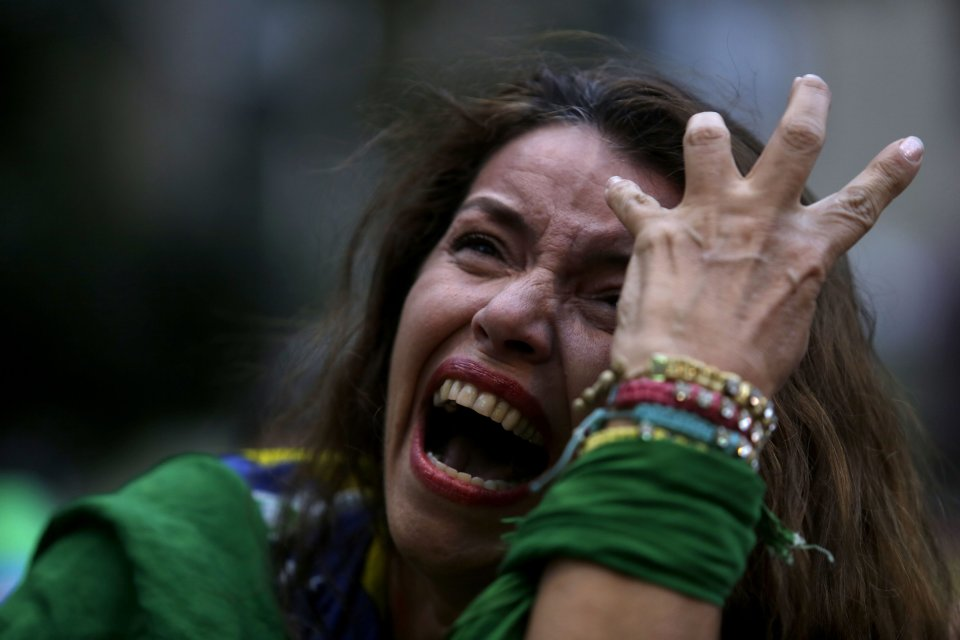 Fanka Brazylii rozpacza podczas oglądania na telebimie meczu z Niemcami. Brazylia przegrywa już 5:0.