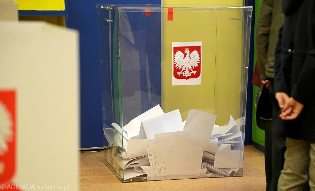 Urny wyborcze podczas wyborów do parlamentu w 2019 r.