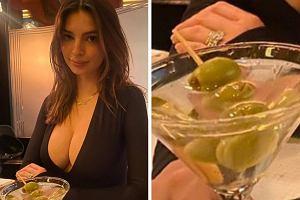"""Emily Ratajkowski pozuje z drinkiem. Fan: """"Nie pij alkoholu, jeśli karmisz piersią"""""""