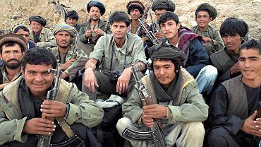 AFGANISTAN, 2000. Krzysiek z bojownikami słynnego komendanta Szaha Ahmada Massuda w miasteczku Hodża Bahaudin, tuż przy granicy z Tadżykistanem