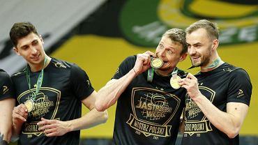 Jastrzębski Węgiel mistrzem Polski w siatkówce. W środku Jurij Gladyr, a obok Jakub Bucki