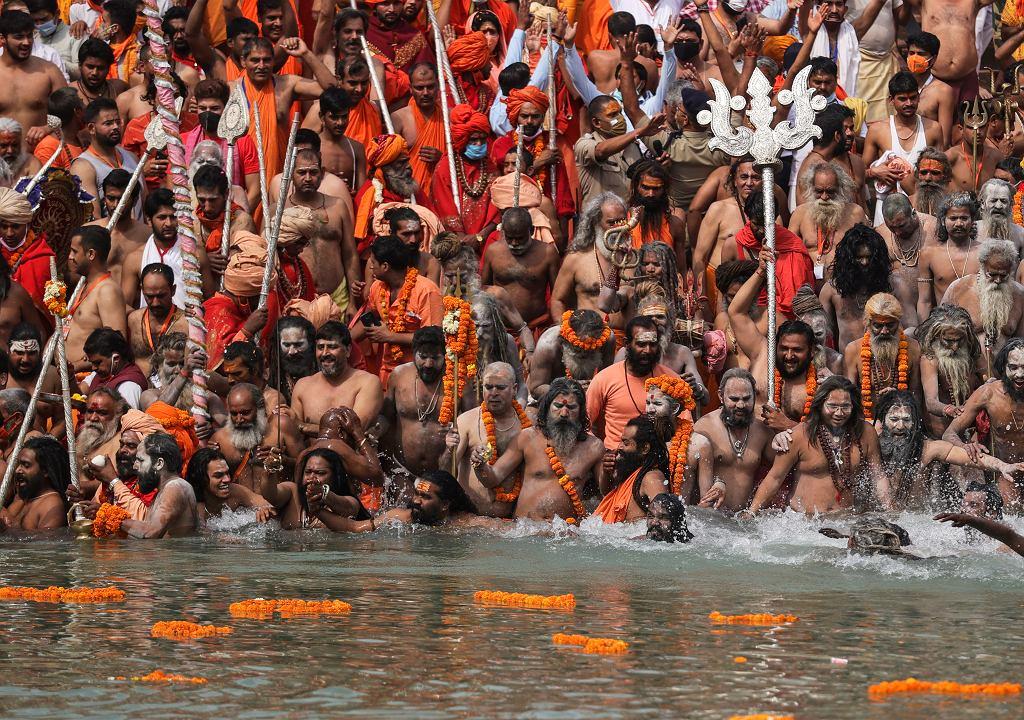 Połowa kwietnia. Zakażenia już wyraźnie rosną. Rząd nie decyduje się jednak na zakazanie tradycyjnego święta hinduistycznego Kumbh Mela. Te odbywa się tak, jakby pandemii nie było, co widać na zdjęciu