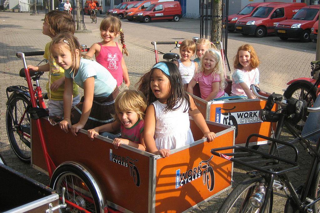 dzieci w rowerach bakfiets