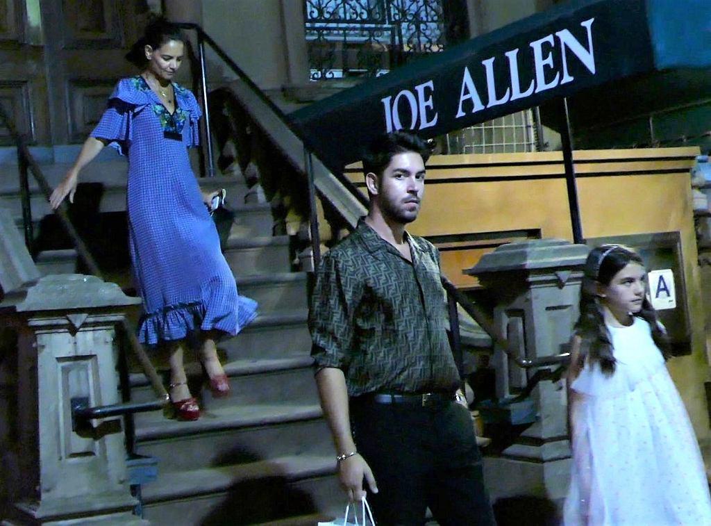Katie Holmes i Suri Cruise opuszczają restaurację z tajemniczym mężczyzną