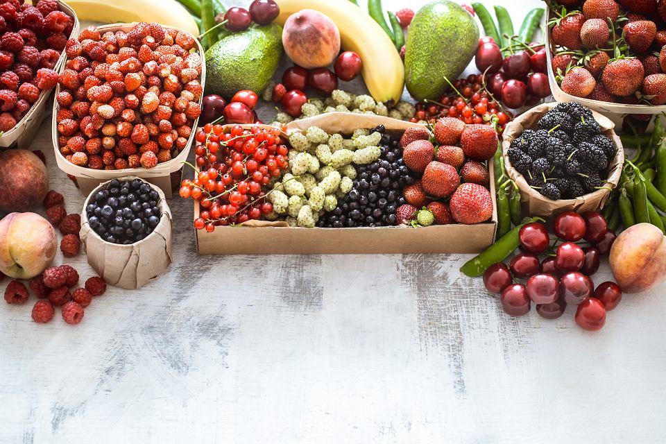Kolorowe i smaczne owoce z ogrodu.