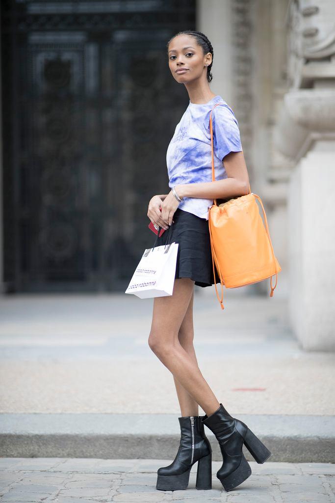 Buty na platformie świetnie wyglądają w towarzystwie spódniczki mini