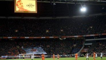 W trakcie meczu Holandia - Francja upamiętniono zmarłego w czwartek Johanna Cruyffa. Słynny holenderski piłkarz występował z numerem 14. na koszulce i w tej właśnie minucie zawodnicy i kibice symbolicznie pożegnali go owacją na stojąco.