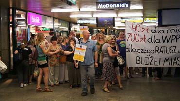 Protest kupców z przejść podziemnych przeciwko podwyżkom czynszów. Lipiec 2012
