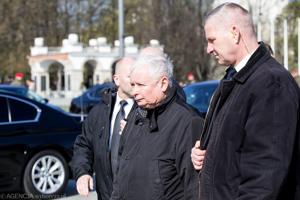 Jarosław Kaczyński wraz z ochroniarzami