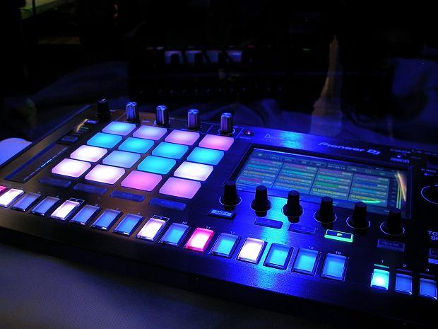 Muzyka elektroniczna swoich początków sięga aż XIX wieku, gdzie zastąpiono nią muzykę mechaniczną. Jednak nie trzeba cofać się do tak zamierzchłych czasów, aby posłuchać muzyki stworzonej za pomocą konsol czy syntezatorów. Wręcz przeciwnie, twórcy ''elektroniki'' cieszą nas swoimi kompozycjami, idąc przez kolejne pokolenia, aż do dzisiejszych czasów. Jeżeli chcesz sprawdzić jak zmieniała się ich twórczość na przestrzeni lat, to nasza stacja Ci to umożliwi.