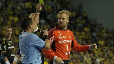 Sędzia pokazuje żółtą kartkę Sjostrandowi, bramkarzowi THW Kiel w meczu z Vive Targi Kielce