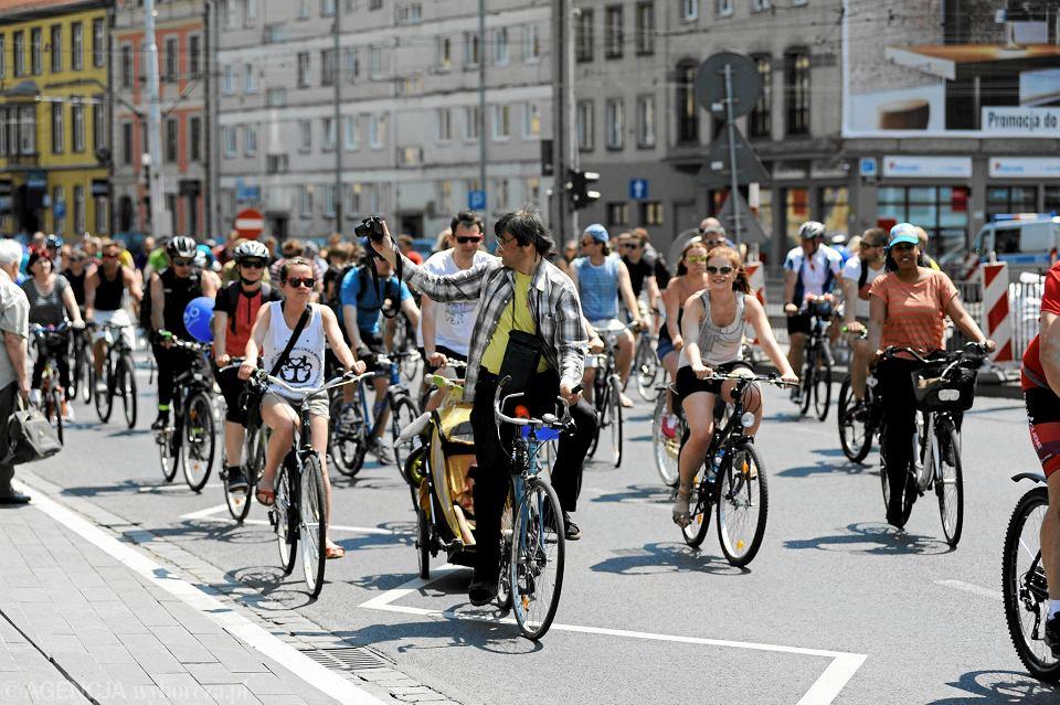 Podczas Wrocławskiego Święta Rowerzysty widać, że coraz więcej osób wybiera ten sposób poruszania się po centrum