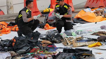 Śledczy sortują szczątki samolotu wyjęte z morza