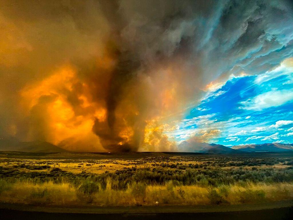 Firenado i pożar niedaleko Loyalton w Kalifornii, w USA.