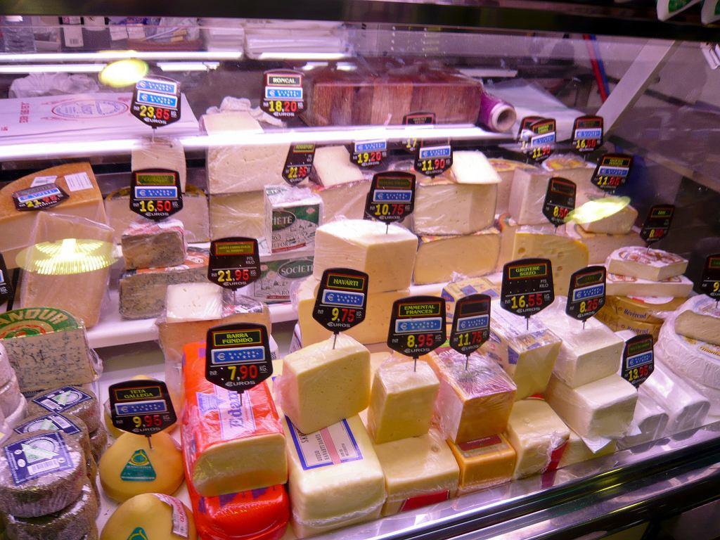 Szczur testuje sery w supermarkecie