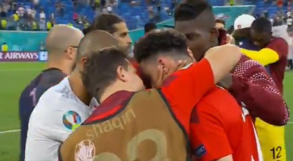 Ruben Vargas pocieszany przez Thiago Alcantarę i kolegów z reprezentacji Szwajcarii
