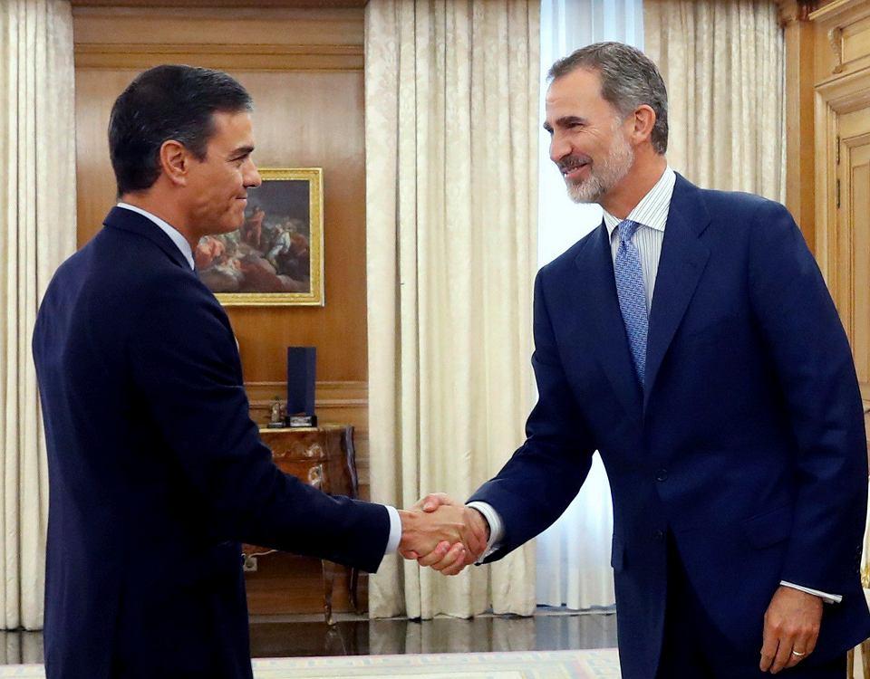 Premier Hiszpanii Pedro Sanchez (z lewej) i król Filip VI podczas spotkania w pałacu Zarzuela. Madryt, 17 września 2019 r.