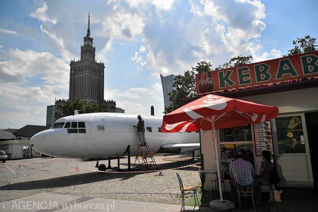 Samolot pod Pałacem Kultury na placu Defilad