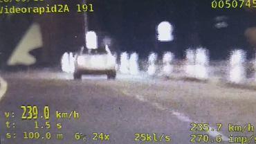 Pędził 239 km/h drogą S7. Policji tłumaczył, że 'lubi tak jeździć'. Za swoją brawurę zapłaci 500 zł