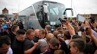 Piłkarze Barcelony są już w Gdańsku. Z lotniska w Rębiechowie gracze Dumy Katalonii udali się do Hotelu Gdańsk, gdzie czekał na nich tłum fanów i łowców autografów. Niestety, mimo pisków, krzyków, a nawet płaczu setek fanów piłkarze Barcy prosto z autobusu weszli do hotelu, nie było szansy ani na autograf ani na zdjęcia z gwiazdami Dumy Katalonii.