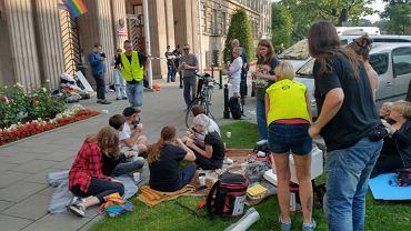 Dobę trwał protest przedstawicieli Młodzieżowego Forum LGBT+ przed siedzibą resortu edukacji i nauki. 20 sierpnia ma się odbyć spotkanie aktywistów z min. Przemysławem Czarnkiem, którego dymisji się domagają