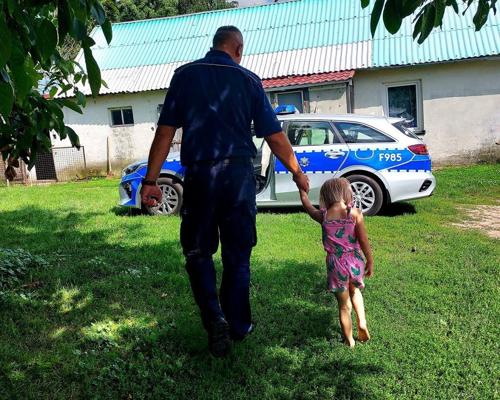 Rawa Mazowiecka. Dziewczynka spacerowała z psem po ulicy. Policja zabrała ją do domu