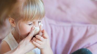Zatkany nos - jak sobie z nim radzić? Kiedy leczyć się domowymi sposobami, a kiedy iść do lekarza?