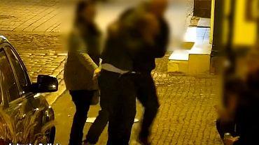 Zielona Góra. Okradła pijanego kolegę. Mężczyzna nie poczuł, jak wyciąga mu portfel z kieszeni