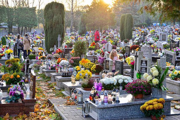 Zdjęcie numer 0 w galerii - 1 listopada w Bielsku-Białej. Kwiaty, wieńce i znicze na grobach [ZDJĘCIA]