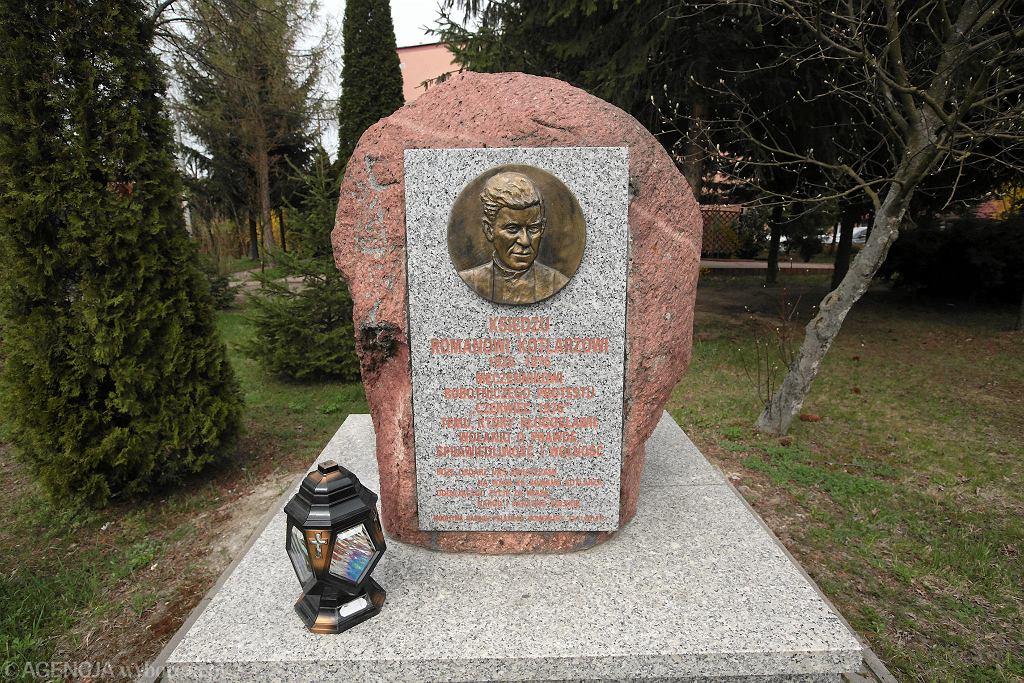 Koniemłoty, pomnik ks. Romana Kotlarza
