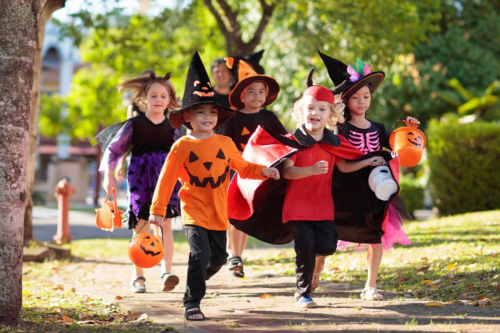 Zabawy na Halloween - Cukierek albo psikus. Zdjęcie ilustracyjne