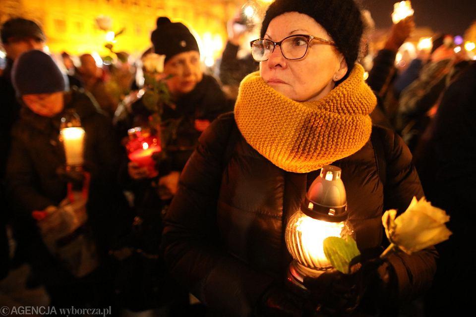 14 stycznia 2019 r. Poznaniacy zebrali się na placu Wolności po informacji o śmierci prezydenta Gdańska Pawła Adamowicza. Zapalili znicze, milczeli. Według policji na placu zgromadziło się 1,5 tys. osób