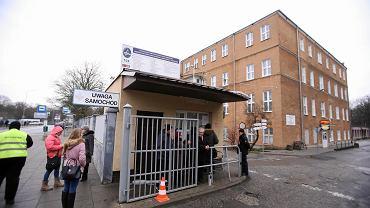 Szpital MSWiA przy ul. Jagiellońskiej w Szczecinie. Przy portierni - zdezorientowani członkowie rodzin pacjentów, którzy nie mogą wejść  na teren placówki