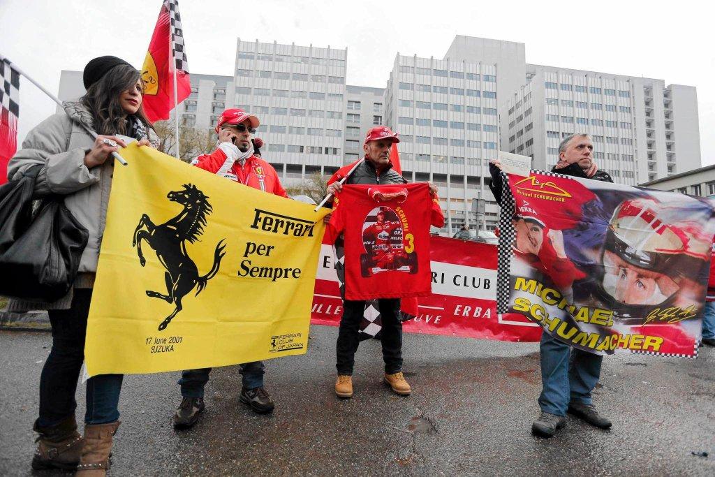 Tłumy pod szpitalem w Grenoble