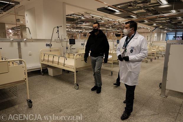 29.10.2020, premier Mateusz Morawiecki na Stadionie Narodowym wizytuje Szpital Narodowy