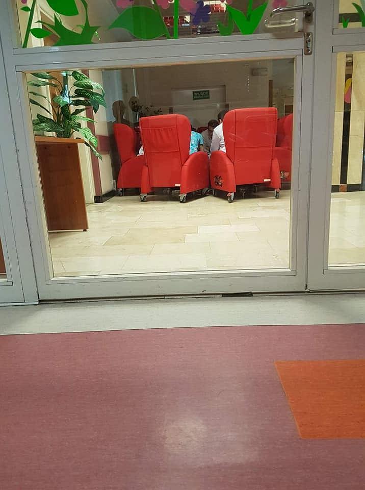 Fotele od WOŚP zamiast stać w salach chorych dzieci stoją na korytarzach. Sytuacja ma miejsce w Centrum Zdrowia Dziecka w Katowicach