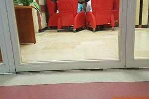 W Centrum Zdrowia Dziecka w Katowicach fotele od WOŚP stoją na korytarzu zamiast w salach chorych. Placówka wyjaśnia