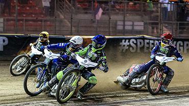 Żużlowy cykl Grand Prix 2021. Bartosz Zmarzlik w kasku białym, a Artiom Łaguta w kasku niebieskim