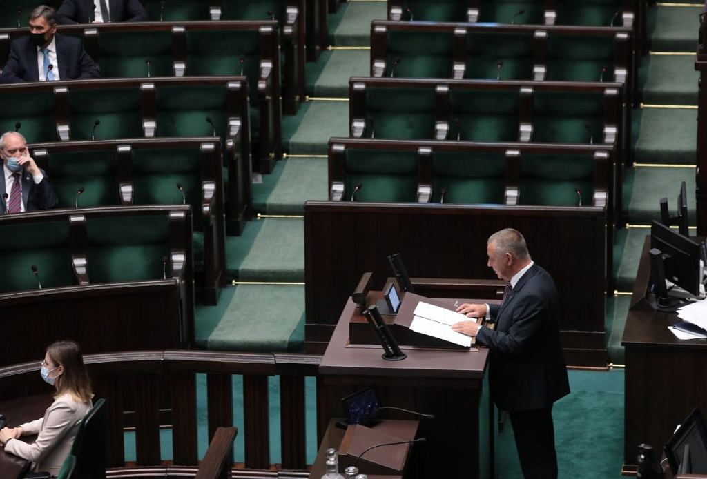 Przed rozpoczęciem przemówienia Mariana Banasia z sali wyszła większość członków PiS i rządu. Wystąpienia prezesa NIK słuchał m.in. Antoni Macierewicz