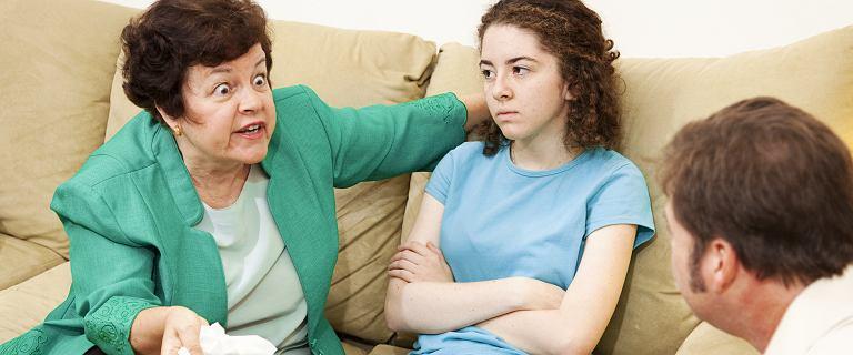 Karolina jako jedyna w rodzinie w ogóle jeszcze z wujkiem i ciotką rozmawia bez rzucania słuchawką w trakcie